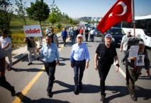 Kiliçdaroglu marchando, en el centro con una gorra.