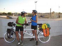 Recorren el Mediterráneo en bici para reivindicar la unión de los pueblos