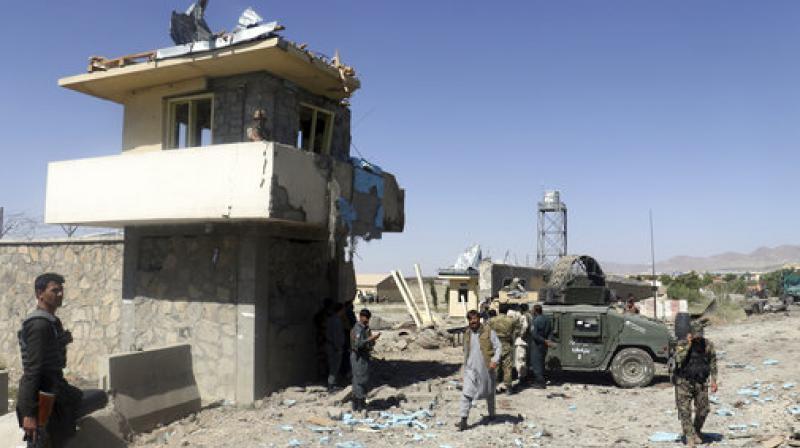 Sangriento asalto talibán contra instalaciones policiales en Afganistán