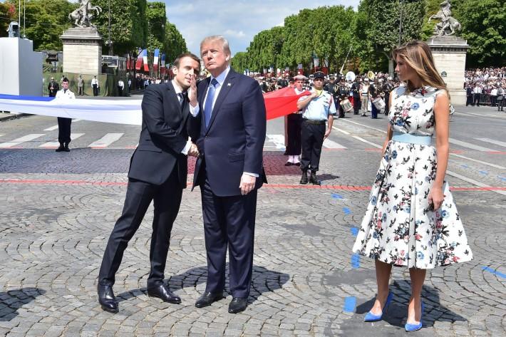 De izquierda a derecha, Macron, Trump y su esposa Melania en París.
