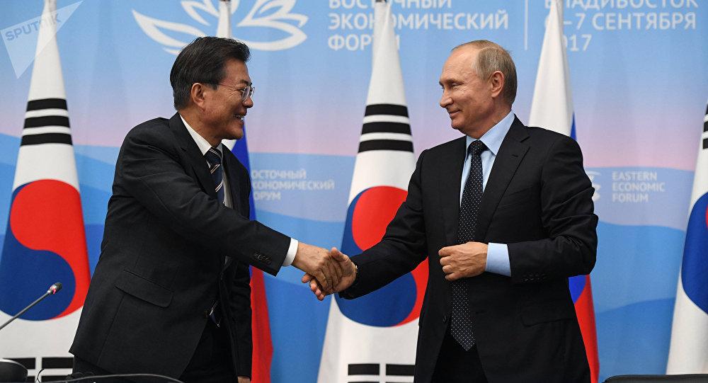 Moon Jae-in-a la izquierda-y Putin
