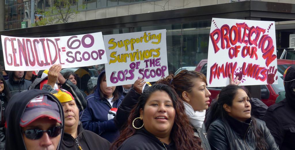 Manifestantes pidiendo apoyo y protección para los indígenas que fueron robados.