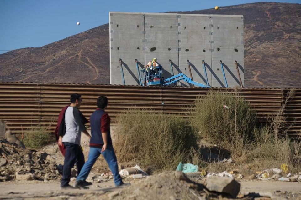 Un prototipo del muro, visto desde Tijuana.