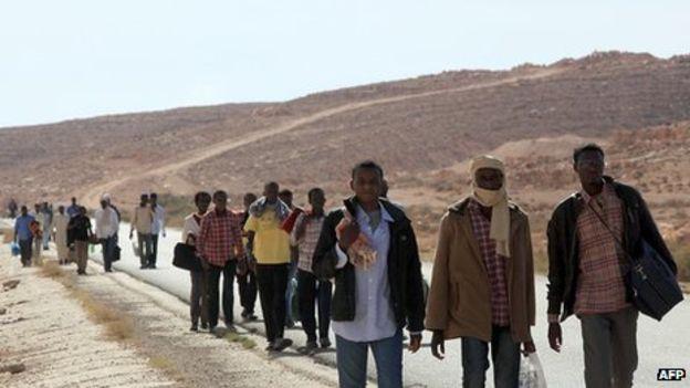 Inmigrantes caminando en Libia