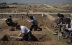 Familiares y amigos cavan la tumba de dos civiles muertos en Mosul