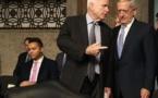 El  senador republicano John McCain-en el centro-y James Mattis, a la derecha.