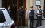 Guardias civiles y policías catalanes en la puerta de uno de los edificios del gobierno catalán