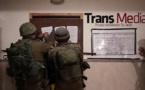 Soldados israelíes cerrando el medio de comunicación palestino Transmedia.