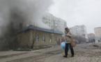 Una mujer camina en Mariupol