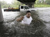 Los equipos de rescate buscan en Galveston a los supervivientes de Ike