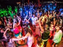 Fiesta silenciosa en Goa donde todos llevan auriculares para evitar la prohibición