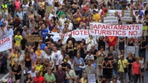 Manifestantes contra el turismo masificado