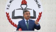 El ministro de educación Ismet Yilmaz