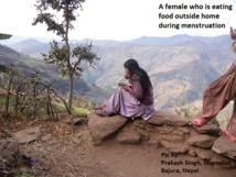 Una mujer comiendo fuera de casa durante su menstruación