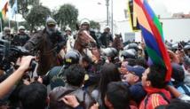 Policías y manifestantes en Lima, Perú.