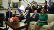 Trump en su reunión con congresistas y senadores demócratas, entre ellos Nancy Pelosi-a la derecha-.