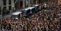 Policías españoles y catalanes y manifestantes en Barcelona.