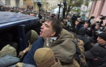 Saakashvili forcejeando con policías en Kiev.