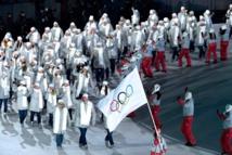 Los atletas rusos desfilando en la apertura de los juegos de Pyeongchang con la bandera olímpica.