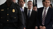 Zuckerberg-al centro-llegando al Congreso.