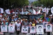 Manifestantes pidiendo que se encuentren los restos de los desaparecidos