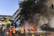 Unos bomberos ante el incendio en una iglesia tras la explosión