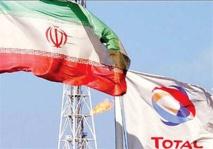 Las banderas de Irán y de la petrolera francesa Total, que tiene una participación en un campo de petróleo iraní