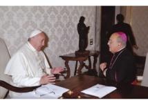 El papa Francisco, jesuita-a la izquierda- con el arzobispo peruano Barreto, ahora cardenal. y también jesuita.