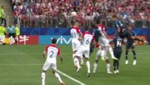 Jugadores de Croacia-de blanco y rojo-y de Francia-de azul oscuro.