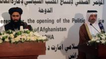 A la izquierda, un representante talibán en Qatar.