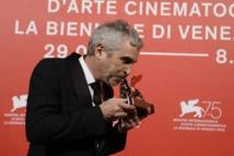 Alfonso Cuarón besando el León de Oro