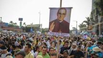 Salvadoreños esperan frente a la catedral de San Salvador la canonización de San Romero.