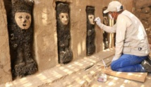 Las figuras de madera están cubiertas con máscaras de arcilla y poseen en sus manos un cetro, que posiblemente usaban como protección.