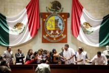 Diputados del PRI ocupando la mesa presidencial en Oaxaca