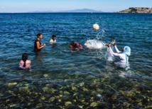 Refugiadas juegan en una playa de Lesbos en junio
