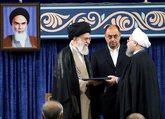 Jamenei-a la izquierda-y Rouhani-a la derecha-.