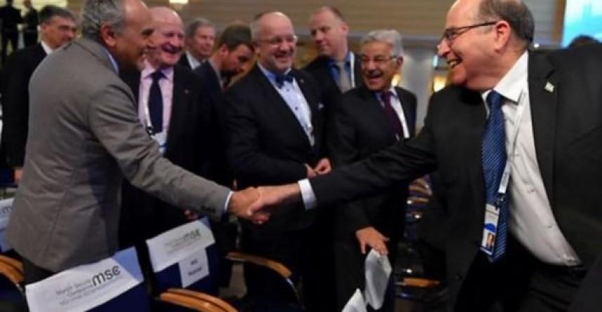 Un dirigente saudí-a la izquierda-le da la mano a un dirigente israelí