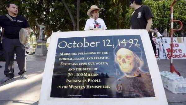Manifestantes contra la conmemoración de la conquista de América.