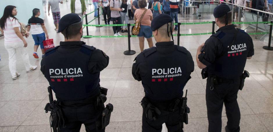 Policías catalanes en el aeropuerto de Barcelona