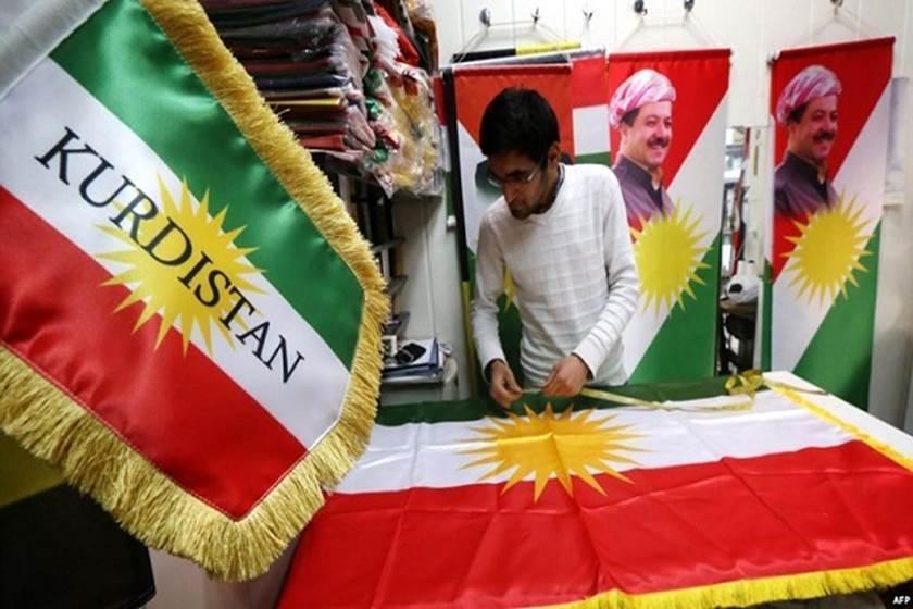 Un hombre con una bandera kurda