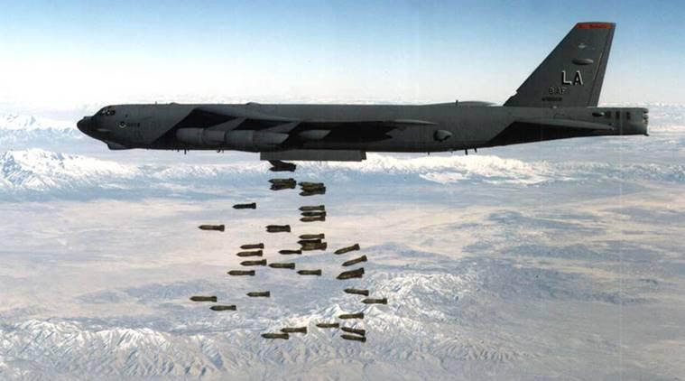 Un avión estadounidense bombardea Afganistán.