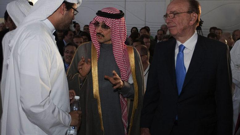 El príncipe Bin Talal-con gafas oscuras-y Rupert Murdoch-a la derecha-.