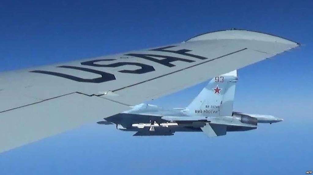 Un avión ruso fotografiado desde un avión estadounidense.