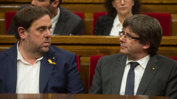 Junqueras-a la izquierda-y Puigdemont en el parlamento catalán.