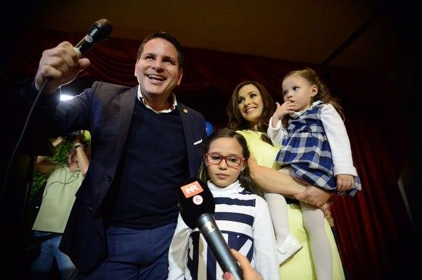 Fabricio Alvarado, su esposa e hijas