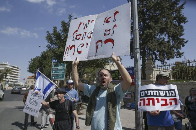 Manifestantes protestando ante la casa de Netanyahu
