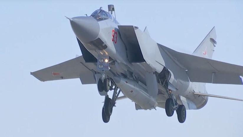 Un avión llevando el misil Kinzhal