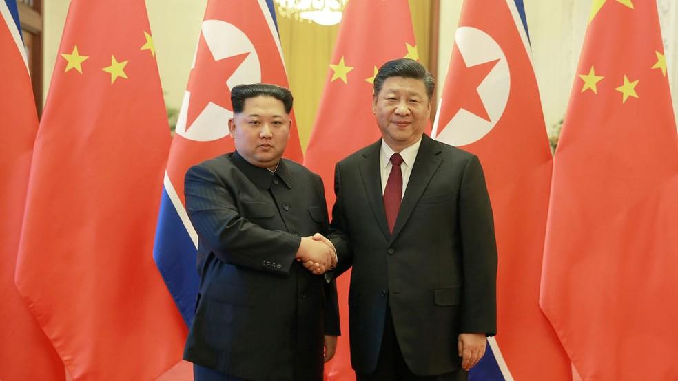 Kim-a la izquierda-y Xi.