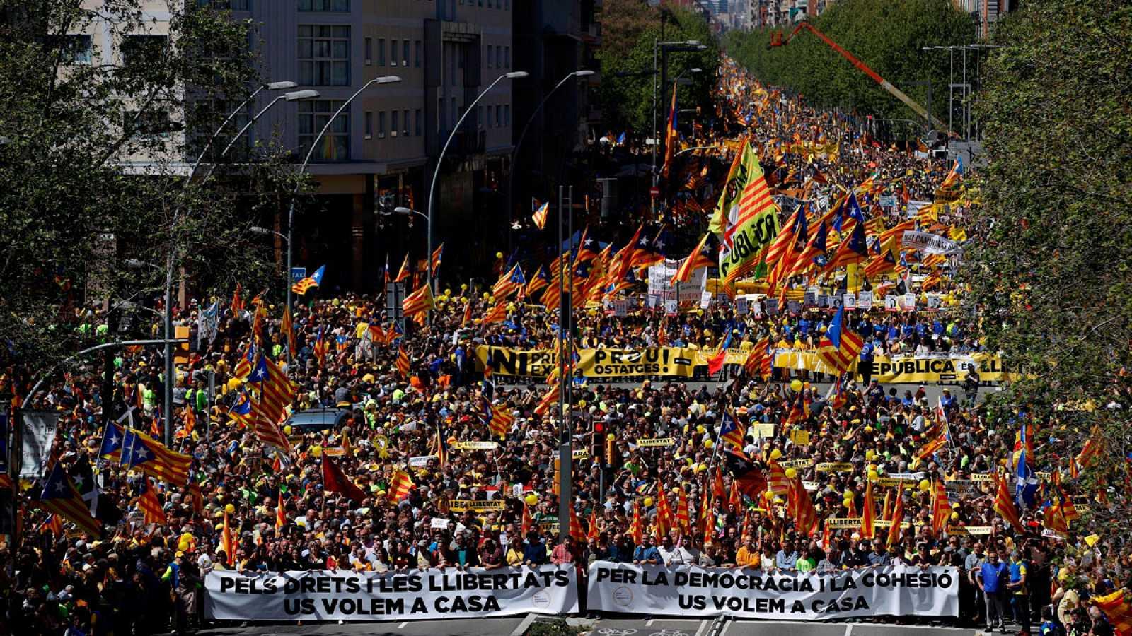 Manifestantes en Barcelona pidiendo la liberación de los políticos catalanes encarcelados