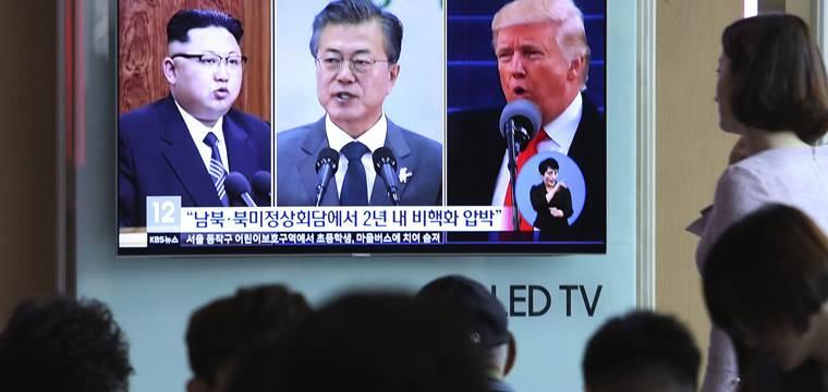 Coreanos viendo una televisión
